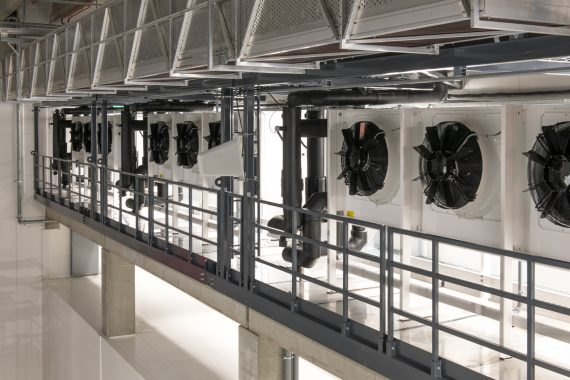SOK:n Sipoon logistiikkavaraston CoolLine-höyrystimet ja -ilmanjäähdyttimet valmistaa Güntner. Ne hoitavat tehokkaasti lähetysalueiden, kuljetinkäytävien, bufferien sekä kylmien- että pakastetilojen jäähdyttämisen.