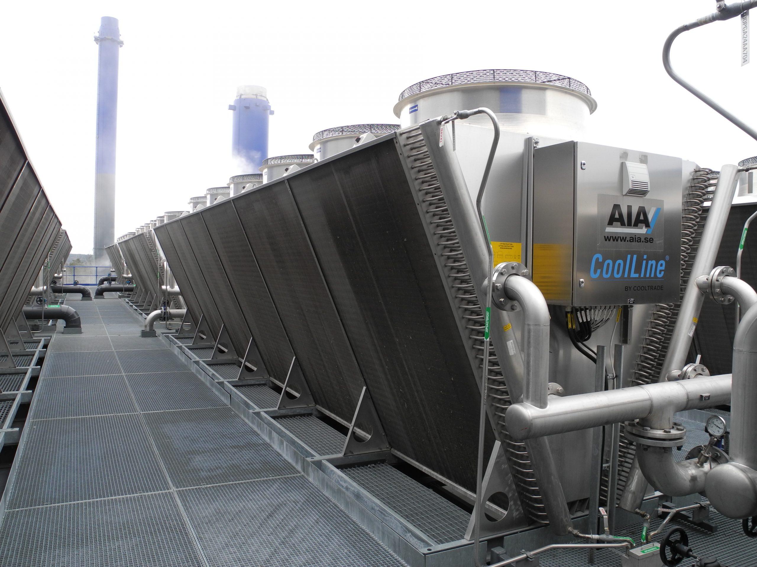 CoolLine-nestejäähdytin Vantaan Energian jätteenpolttolaitoksen katolla. Erikoismalli, jossa mm. rosterikuori ja rosteriputket.